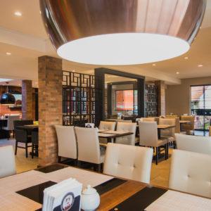 Salas amplas que facilitam o acesso e a movimentacao dos clientes. Estilo moderno